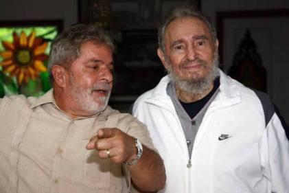 (((MÁXIMA CALIDAD DISPONIBLE))) HAB106. LA HABANA (CUBA), 24/02/2010.- El presidente de Brasil, Luiz Inácio Lula da Silva (d), conversa con el líder cubano Fidel Castro (i) hoy, miércoles 24 de febrero de 2010, durante su visita a La Habana (Cuba). Lula se reunió con su colega cubano, Raúl Castro, y su hermano Fidel, informaron fuentes brasileñas, que no citaron los asuntos tratados ni aludieron a la conmoción internacional causada por la muerte del preso político Orlando Zapata. EFE/Ricardo Stuckert/PR/SOLO USO EDITORIAL/NO VENTAS