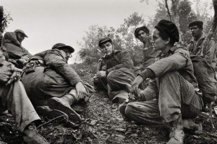 durante-la-batalla-de-pino-del-agua-fidel-castro-y-el-che-guevara-sierra-maestra-cuba-1958-foto-de-enique-meneses